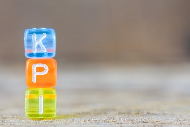 Kpi  - テーブルの背景にある主要業績評価指標。 Premium写真