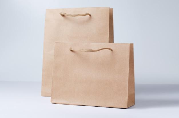 Сумка для покупок из крафт-бумаги изолирована Premium Фотографии