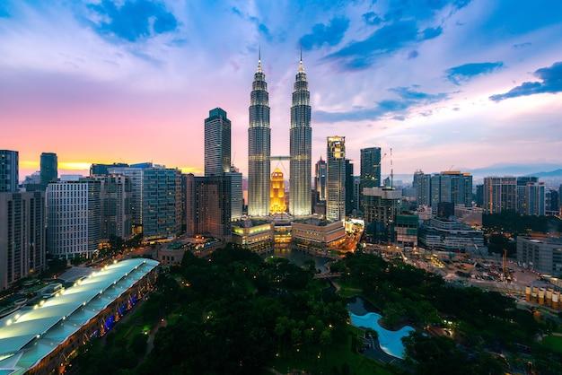 Kuala lumpur city skyline at dusk, kuala lumpur malaysia Premium Photo