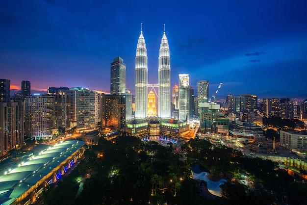 Kuala lumpur city skyscraper and green space park with nice sky sunset Premium Photo