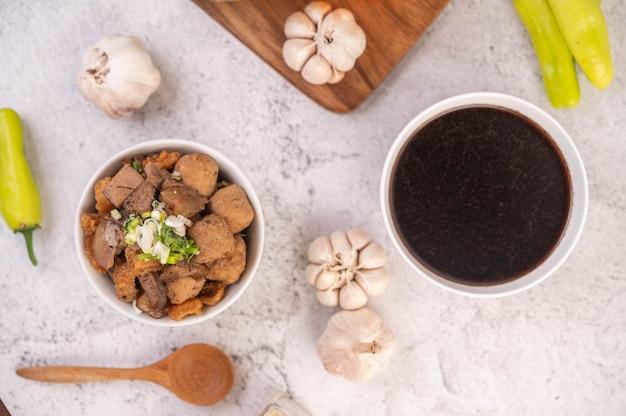 Куай джаб в чашке со свининой фрикадельки и свиные сухарики. Бесплатные Фотографии