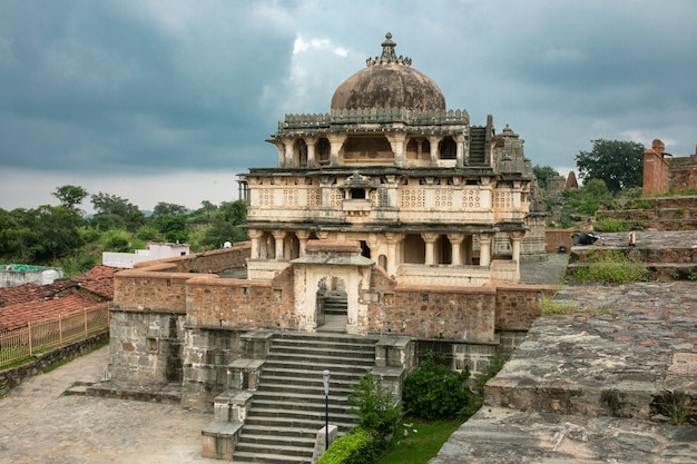 Kumbhalgarh fort, rajasthan, india - feb 28 2014 : the temples, walls and monuments of kumbhalgarh fort, a unesco world heritage site with one of the largest wall complexes in the world Premium Photo