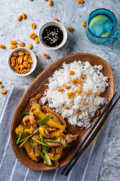 Kung paoチキン、チキン、ピーナッツ、野菜、唐辛子を添えた中華四川の伝統的な四川料理。 Premium写真