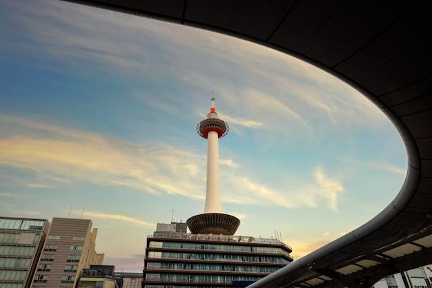 Киотская башня в разное время в японии Premium Фотографии