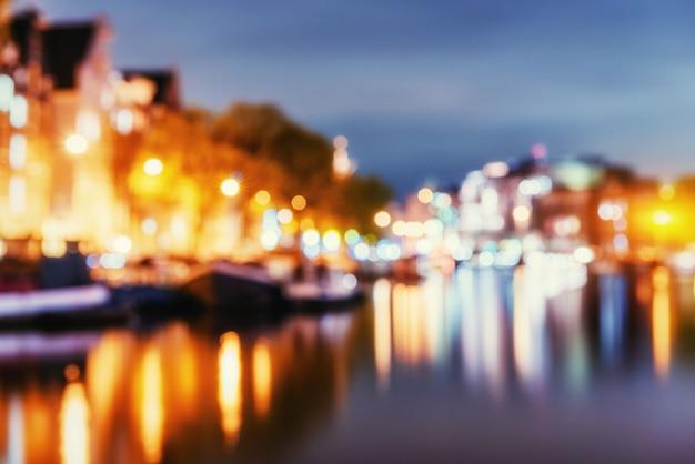 アムステルダムの美しい夜。自然な背景をぼかし。ソフトl Premium写真