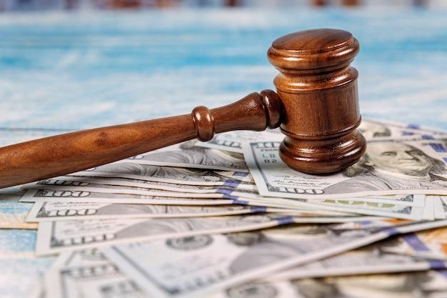 裁判所の小lとお金 Premium写真