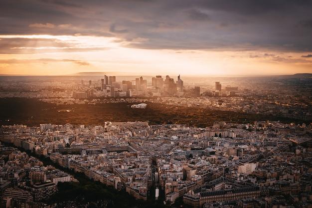Закат вид на la denfense в париже, франция Бесплатные Фотографии