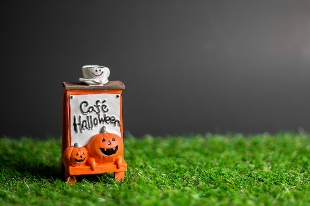 Labels with text cefe halloween on the grass. Premium Photo