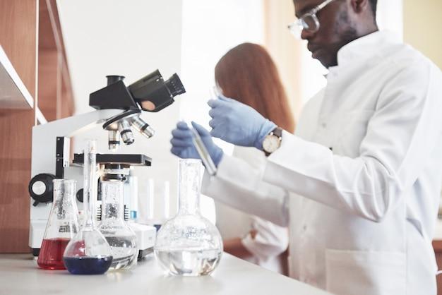 実験室は透明なフラスコの化学実験室で実験を行います。出力式 無料写真