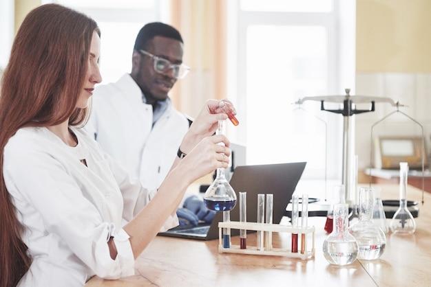 実験室は透明なフラスコの化学実験室で実験を行います。出力式。 無料写真