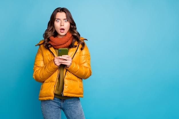 레이디 보류 전화 오픈 입 예기치 않은 착용 유행 가을 윈드 브레이커 청바지 스카프 프리미엄 사진