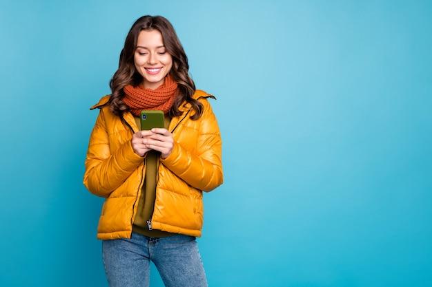 숙녀 전화 착용 세련된 가을 윈드 브레이커 청바지 스카프를 들고 프리미엄 사진