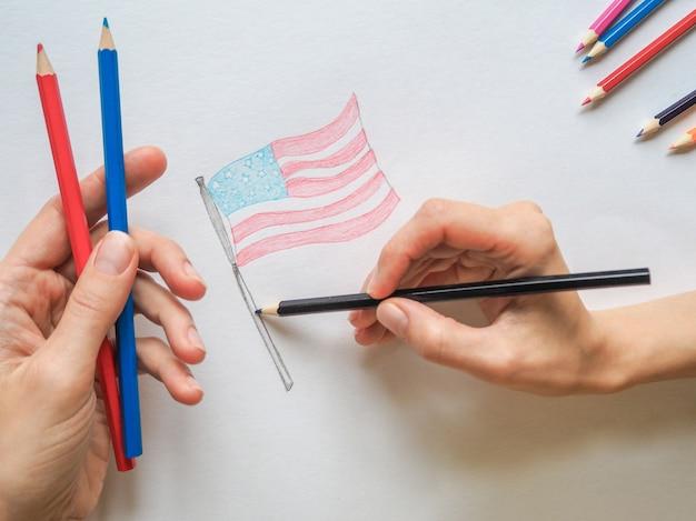 アメリカ合衆国の国旗を描いている女性。 Premium写真