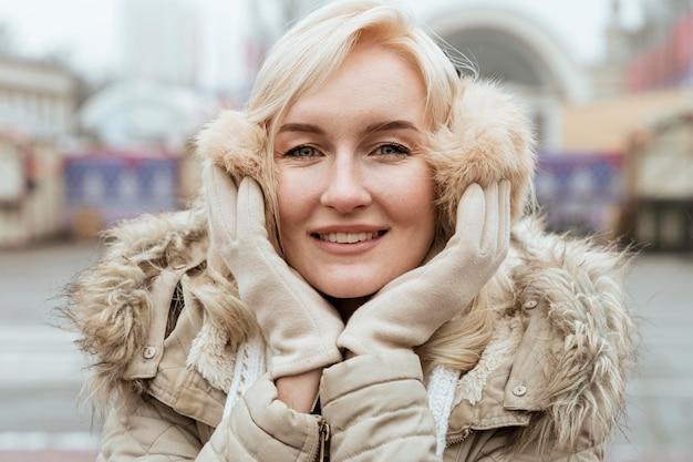 Signora in inverno vista frontale sorridente Foto Gratuite
