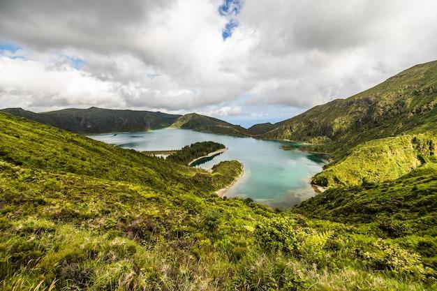 Lagoa do fogo, un lago vulcanico a sao miguel, isola delle azzorre sotto le nuvole drammatiche Foto Gratuite