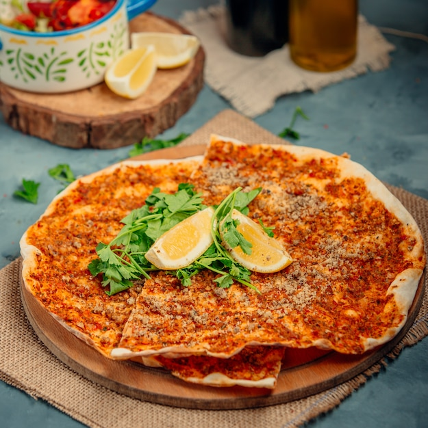 Lahmacun with lemons and greens Free Photo