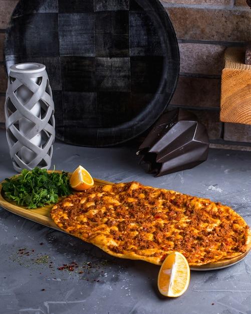 Ламакун с мясом лимоном и зеленью Бесплатные Фотографии