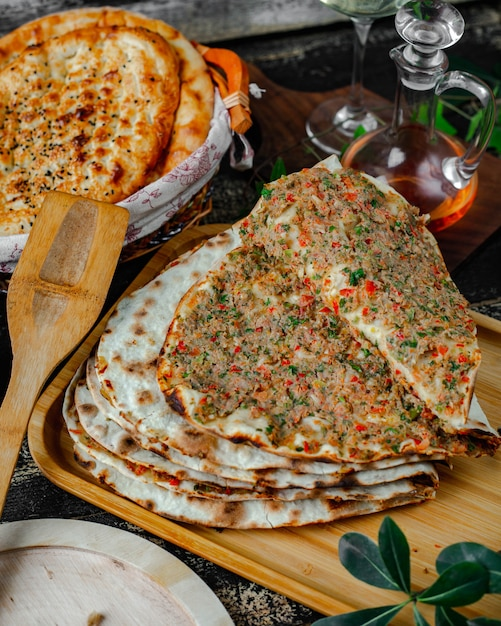 Lahmajun with meat and mixed vegetables Free Photo