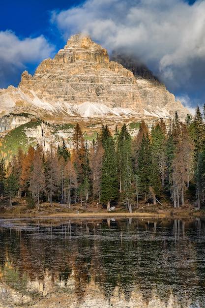 Озеро анторно и вид на скалистые горы, доломиты, италия Premium Фотографии