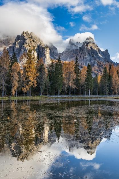 ドロミテアルプスのアントルノ湖とカラフルな木の反射、秋のシーズンには、イタリア Premium写真