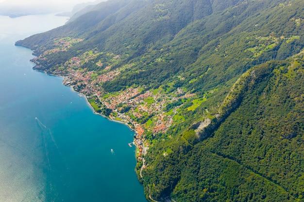 Озеро комо с высоты птичьего полета. концепция путешествия открытки. береговая линия лаго ди комо со многими деревнями. Premium Фотографии
