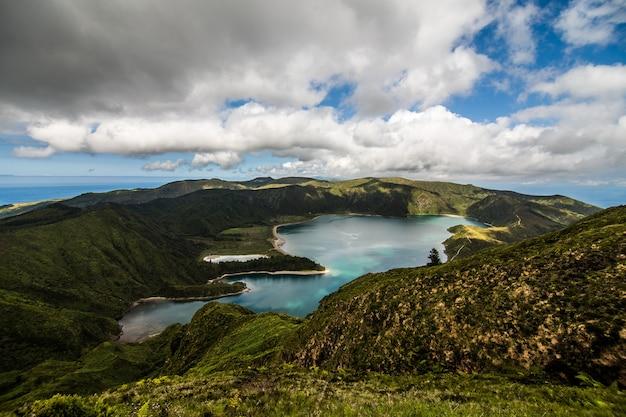 Lake of fire o lagoa do fogo nel cratere del vulcano pico do fogo sull'isola di sao miguel. sao miguel fa parte dell'arcipelago delle azzorre nell'oceano atlantico. Foto Gratuite