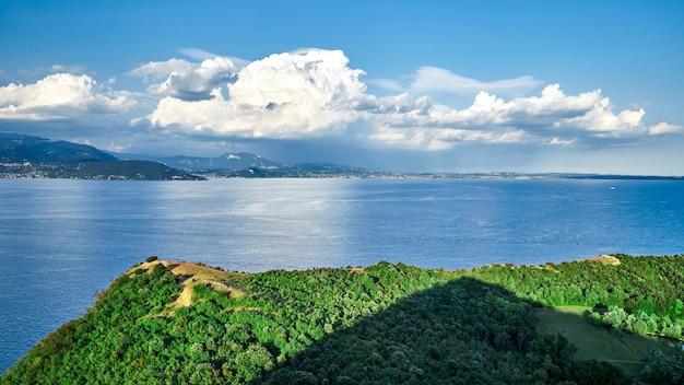 Озеро гарда с видом сверху Premium Фотографии
