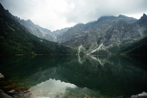 Озеро в горах. озеро морские око (sea eye) - самое популярное место в высоких татрах в польше. Premium Фотографии