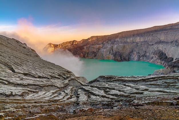 Озеро посреди скалистого пейзажа Бесплатные Фотографии
