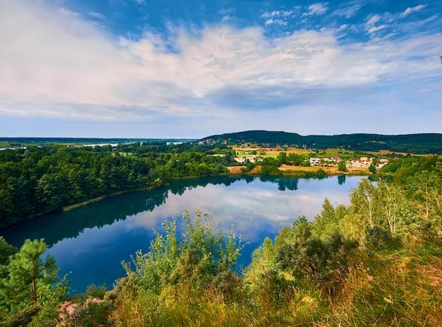 反射でポーランドの湖ジェツィオーロトゥルクソウェ Premium写真