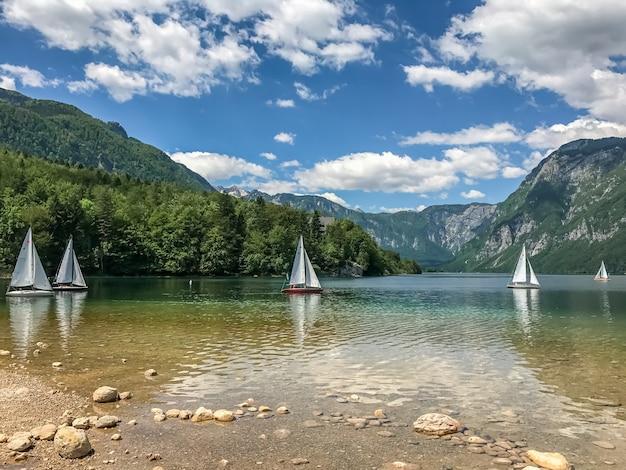 Озеро горы парусники бохинь. национальный парк триглав, словения. Premium Фотографии