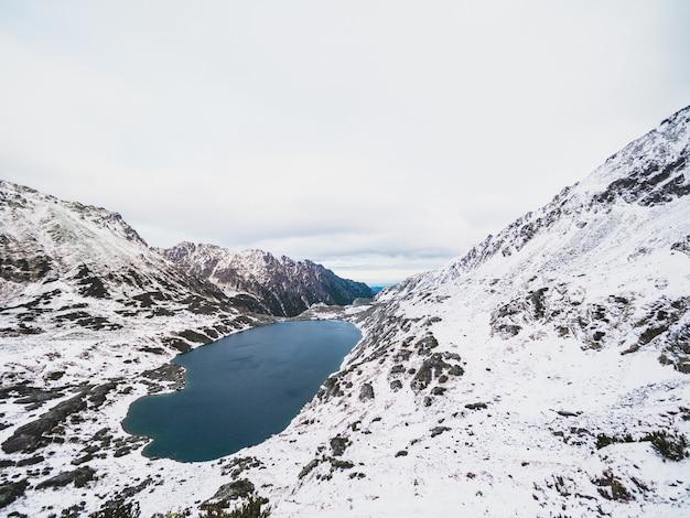 ポーランドの雪に覆われたタトラ山脈に囲まれた湖 無料写真