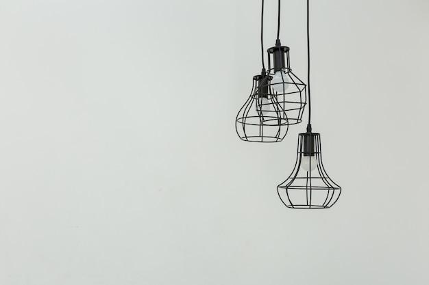 천장에 매달려 램프 프리미엄 사진