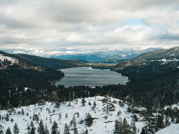 Terra coperta di neve che si affaccia sul lago donner a truckee, california, sotto un cielo nuvoloso Foto Gratuite