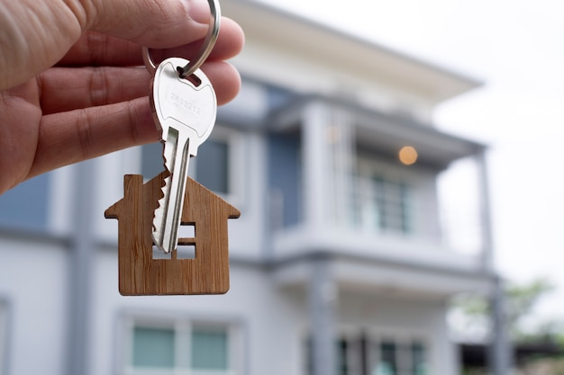 landlord-unlocks-house-key-new-home-real-estate-agents-sales-agents_112699-358.jpg (626×417)