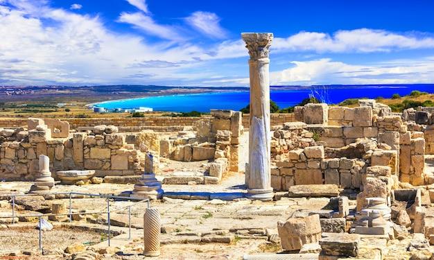 Достопримечательности античного острова кипр, руины храма курион и классическая греческая колонна Premium Фотографии