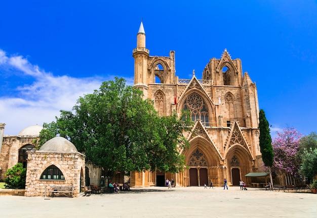 キプロスのランドマーク、古代ファマグスタの町のララムスタファパシャモスク(聖ニコラス大聖堂) Premium写真