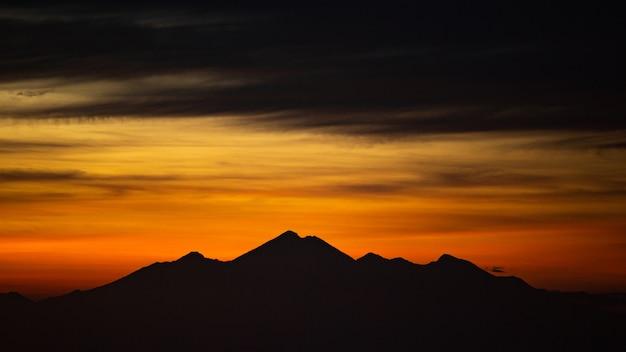 Пейзаж. рассвет с видом на вулкан. батур вулкан. бали индонезия Бесплатные Фотографии