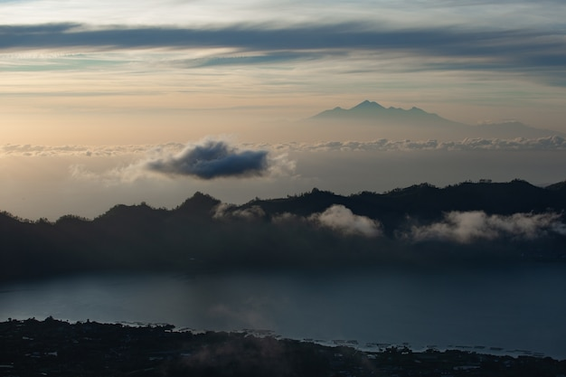 風景。火山を見下ろす夜明け。バトゥール火山。バリ島インドネシア 無料写真