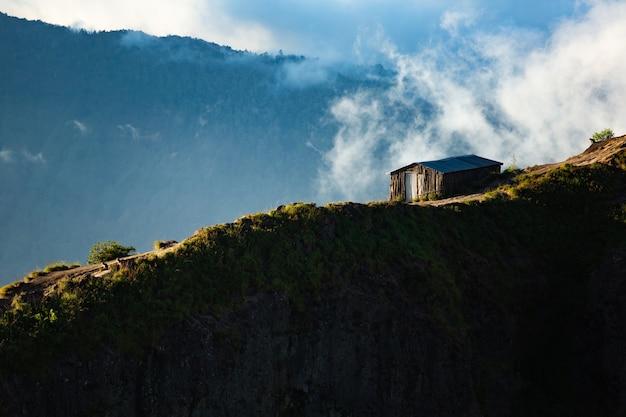 Paesaggio. casa in montagna. vulcano batur. bali indonesia Foto Gratuite