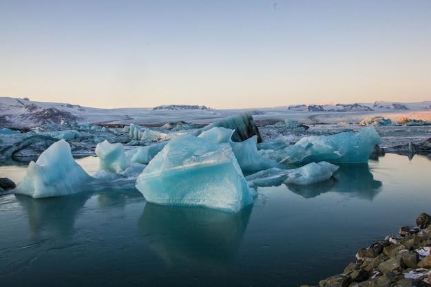 Paesaggio di iceberg con rocce nella laguna glaciale di jökulsarlon in islanda Foto Gratuite