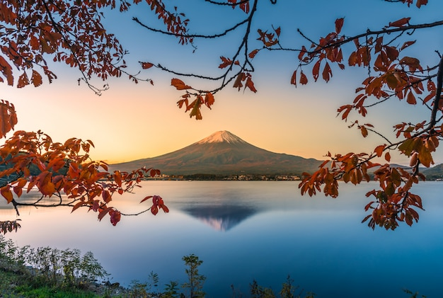 Landscape image of mt. fuji over lake kawaguchiko with autumn foliage at sunrise in fujikawaguchiko, japan. Premium Photo