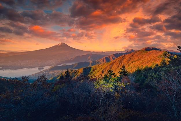 富士山の風景画像日本の富士河口湖の日の出の紅葉と河口湖の富士。 Premium写真