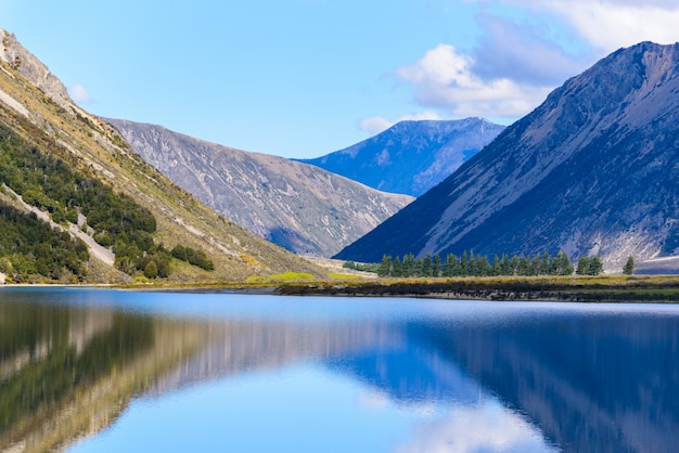 Landscape lake and mountain south island of new zealand on a sunny day. Free Photo