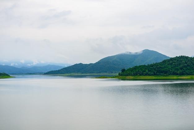 ケーンクラチャンダムの風景natrueと水の霧。 Premium写真