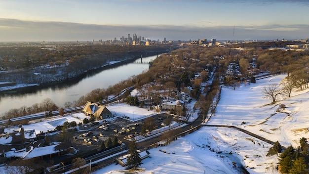 冬の日光の下で雪に覆われた街の風景 無料写真