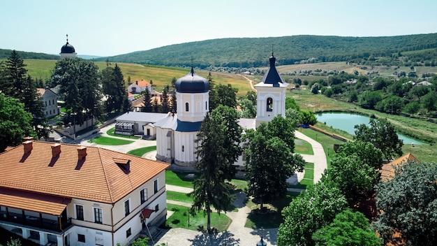 修道院の中庭の風景 無料写真