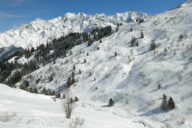 Пейзаж альп во франции зимой Premium Фотографии