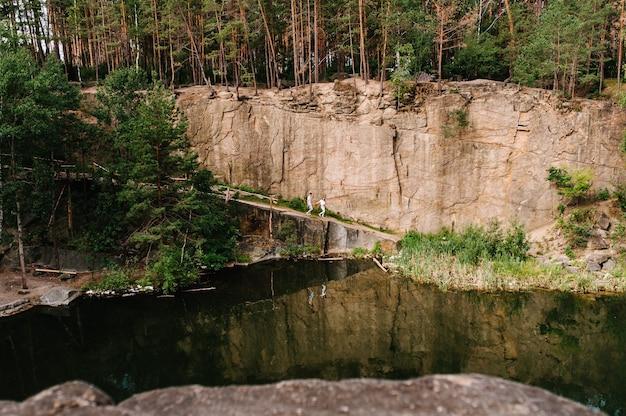Пейзаж старого затопленного промышленного гранитного карьера, заполненного водой Premium Фотографии