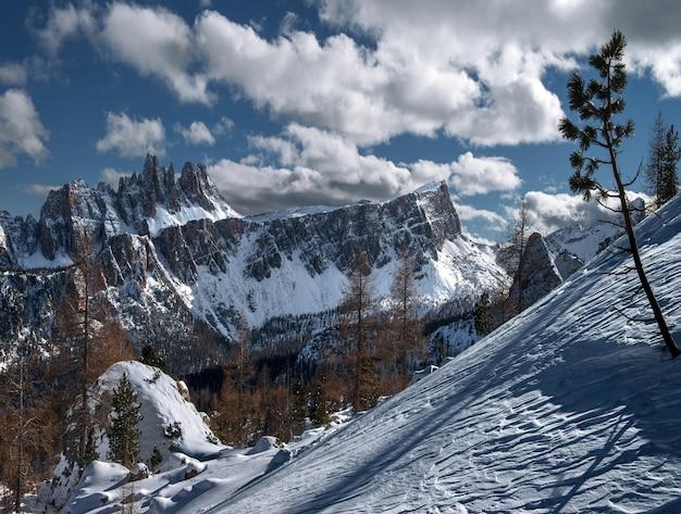 イタリアアルプスの日光の下で雪に覆われたドロミテの風景 無料写真
